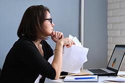 woman-document-intro-fintech.jpg